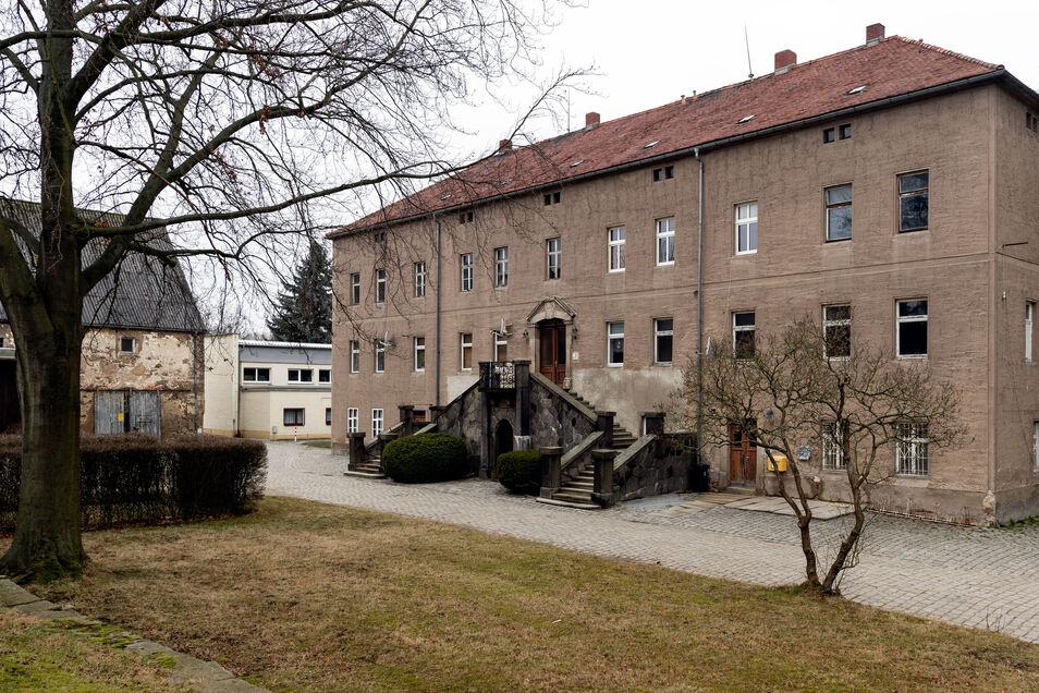 Das einstige Herrenhaus in Rothnaußlitz – idyllisch am Rande eines Parkes gelegen, doch vom Verfall bedroht.