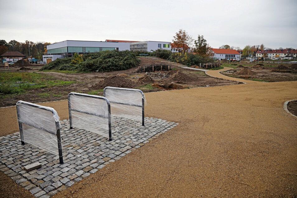 Der Bürgergarten - hier ein Foto von Ende 2020 - ist mittlerweile fertig, die Oberschule (Hintergrund) liegt im Zeitplan. Andere Arbeiten im Efre-Gebiet dauern aber noch etwas länger.