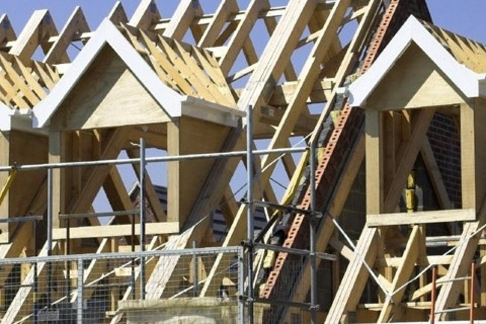 Besonders im Dachstuhlbau mit traditionellen Holzverbindungen und Verlegen von PREFA Aluminiumdachsystemen hat das Unternehmen Dachbau Rodig GmbH Erfahrung.