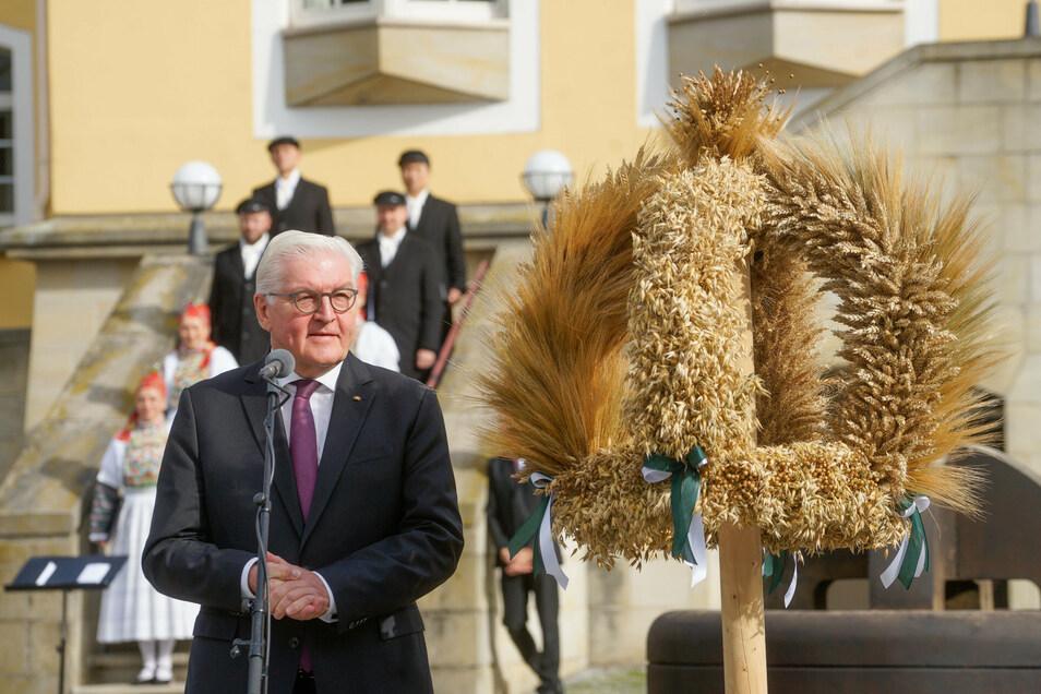 Bundespräsident Frank-Walter Steimeier bei der Übergabe einer Erntekrone am Sonntag im Bildungsgut Schmochtitz.
