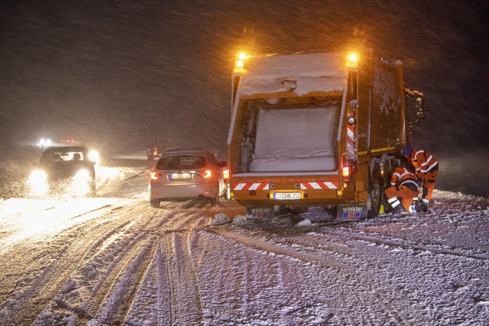 Im Erzgebirge ist in der Nacht Neuschnee gefallen. Auf der B 101 nahe der Mönchsbadkreuzung bei Schönfeld kam ein Müllauto ins Rutschen.