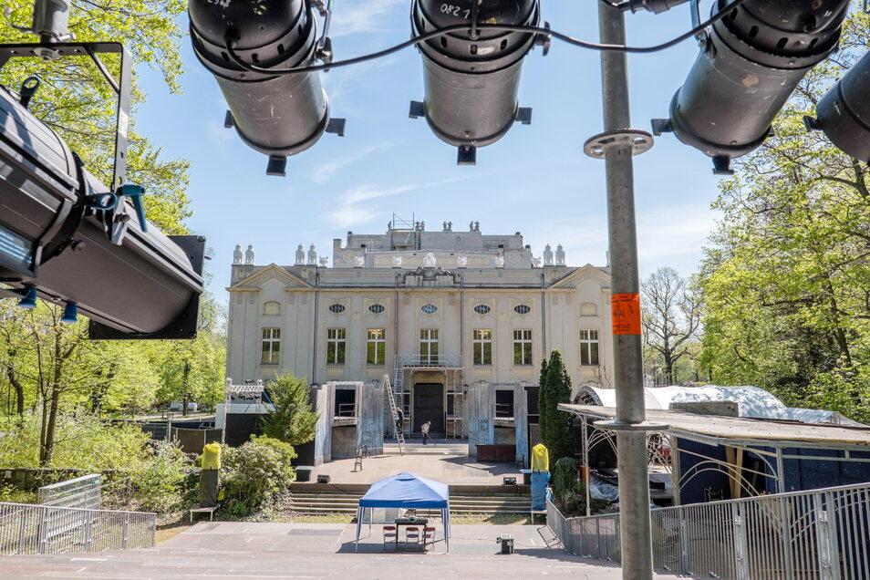"""Vor der imposanten Görlitzer Stadthalle wird in diesem Sommer das Musical """"Evita"""" gespielt."""