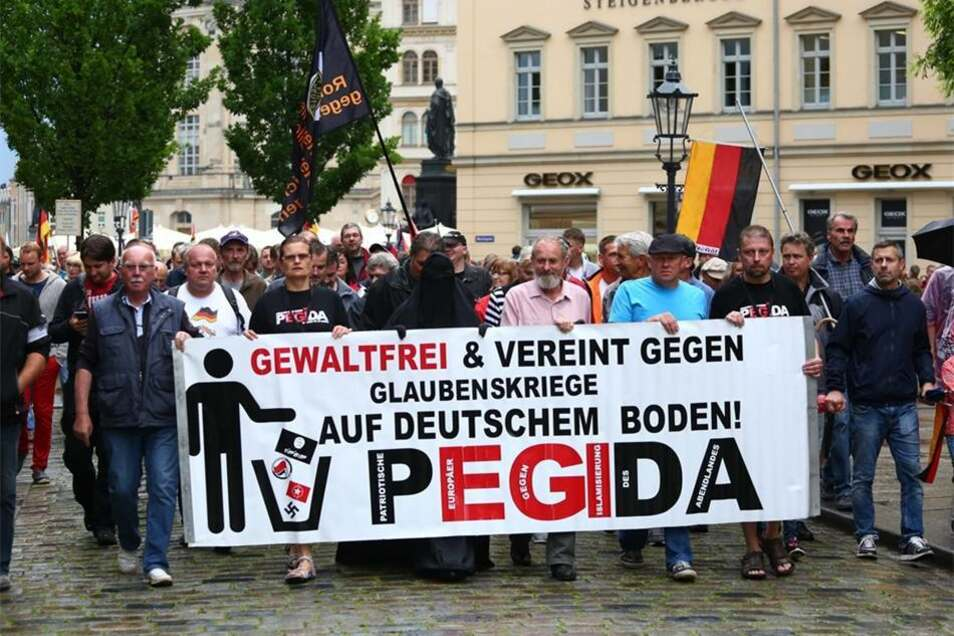 Wie in den vergangenen Wochen zog Pegida auch an diesem Montag mit einem sogenannten Spaziergang durch Dresden.