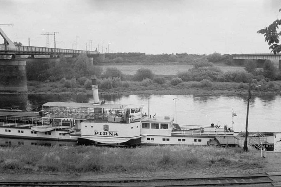 So sah es 1989 aus: Damals legten die Dampfer noch zwischen Riesas Elbbrücken an. Am rechten Bildrand erkennbar: der alte Mast.