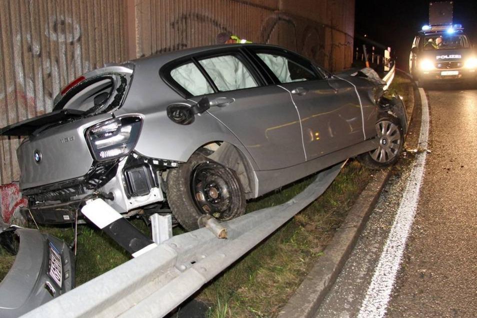 Rettungskräfte waren schnell zur Stelle und versorgten die Insassen des BMW.