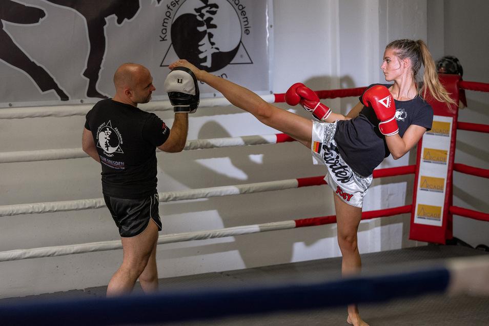 Das ist der Spezialschlag von Josy Wünsche: Der Fußkick zum Kopf, den sie mit unglaublicher Präzision und Schnelligkeit ausführen kann. Trainer Ronny Schönig koordiniert die Übung und fängt die Tritte mit seinen Pratzen ab.