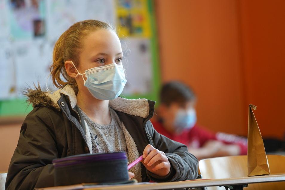 Maske auf und Jacke an - so sieht derzeit der Unterricht für viele Schüler aus.