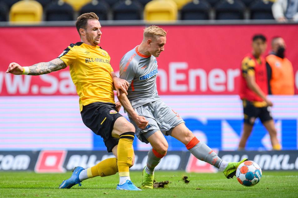 Kai Pröger setzt sich gegen Dynamos Michael Sollbauer durch.