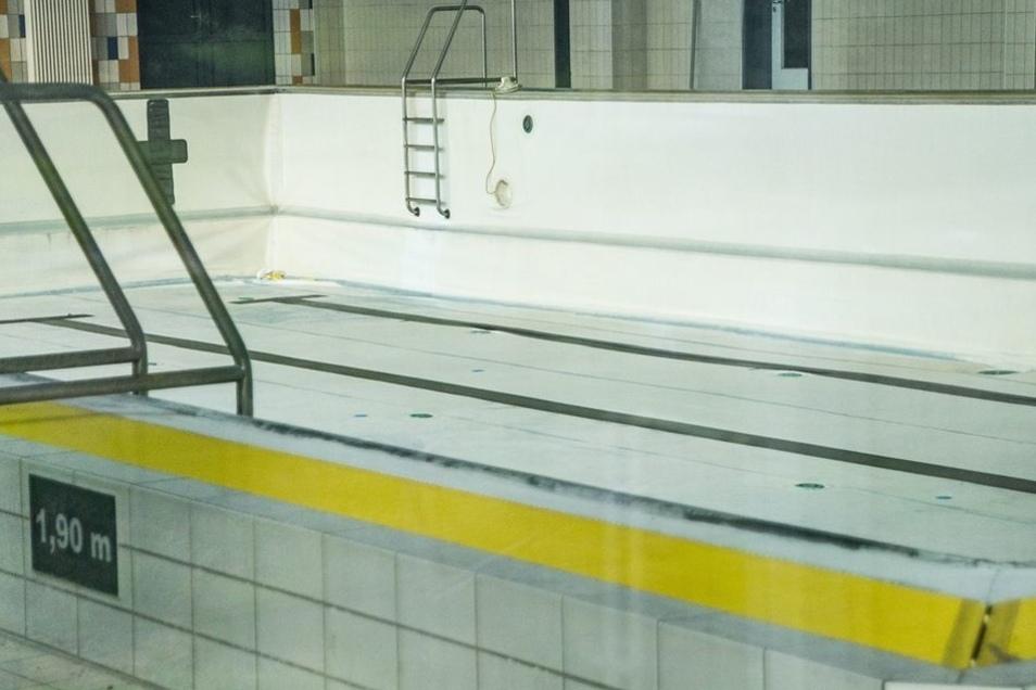 Die Schwimmhalle – Blick ins leere Becken – ist seit 2013 geschlossen.