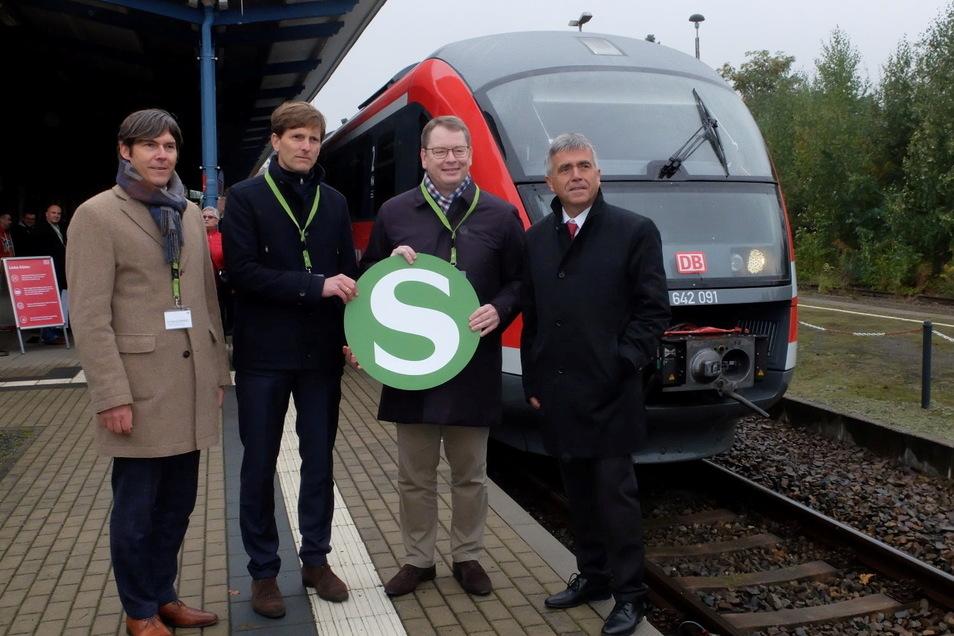 Sie besiegelten die Vergabe des Bahnbetriebes an die DB: Wolfgang Weinhold, Stephan Naue, beide von der DB Regio, VVO-Geschäftsführer Burkhard Ehlen und Bautzens Landrat Michael Harig (von links).