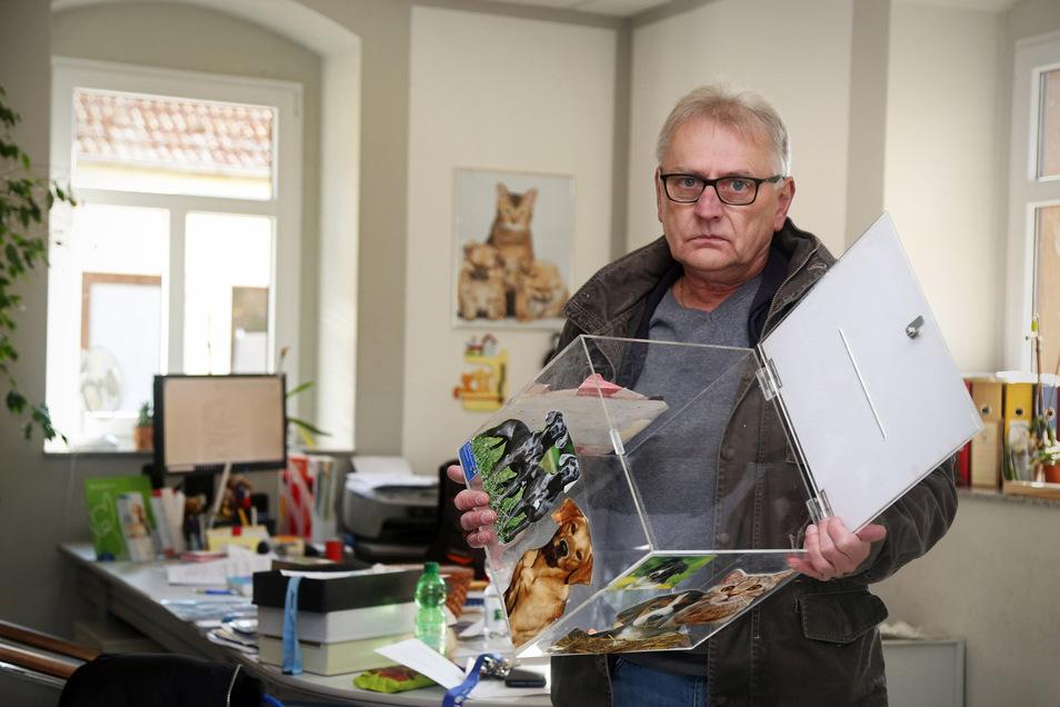 Im vorigen Oktober hatten Einbrecher aus einer Spendenbox einen dreistelligen Geldbetrag gestohlen. Im Foto: Tierheim-Leiter Uwe Prestel.