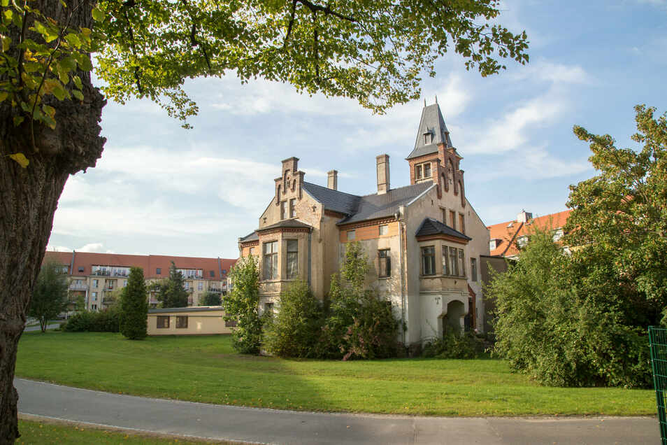 Die Villa im Hinterhof der Frauenburgstraße beherbergte früher einen Kindergarten. Kommwohnen hat das Dach saniert, aber für die Nutzung der ansonsten unsanierten Villa noch keine Idee.