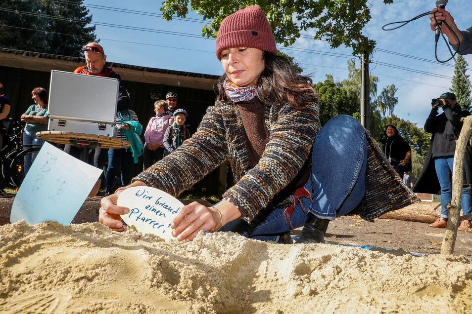 An der ersten Station des Kunst-Parcours konnten Menschen Wunschzettel in einem Sandkasten ablegen.