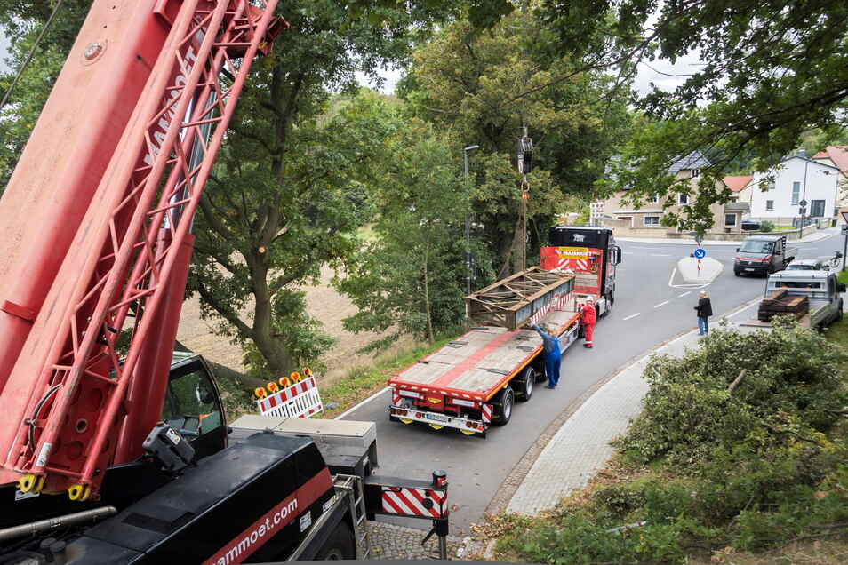Bei der Bergung kam ein Autokran zum Einsatz. Mit diesem wurde die stählerne Trägerkonstruktion auf einen Sattelschlepper verladen, der das Bauteil nun nach Sachsen-Anhalt bringt. Dort soll die Reparatur erfolgen.