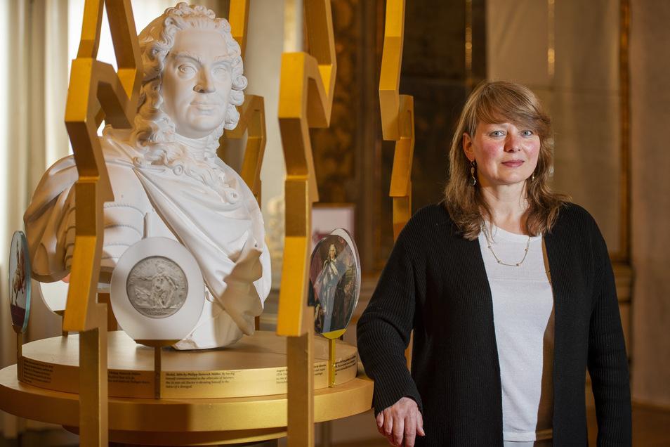 Schlossleiterin mit Kurfürst - Dominique Fliegler hofft, mit der Art und Weise, wie sich die Ausstellung August dem Starken nähert, gerade auch ein jüngeres Publikum anziehen zu können.