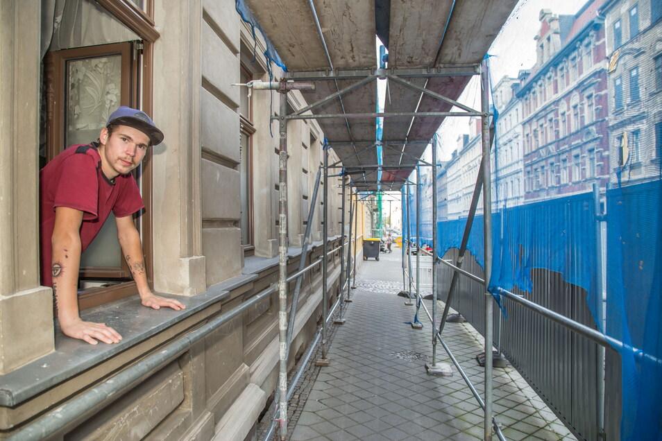 Marcel Hanisch wohnt auf der Jauernicker Straße und hat seit zwei Jahren einen Fußgängertunnel direkt vor dem Fenster.