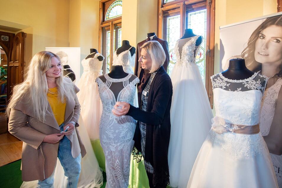 """Der Termin steht schon fest, bei der Auswahl des Kleides lässt sich Stefanie Klippel aus Kamenz gern noch professionell von Katja Kluge von """"Vitalo Fest & Brautmode"""" aus Oschatz beraten."""