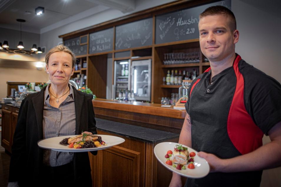 """""""Zum Bandweber"""" heißt das neue Restaurant im Großröhrsdorfer Rödersaal, dem früheren Kulturhaus. Antje Dierking ist hier die Betriebsleiterin. Küchenchef Marcel Hauptvogel stammt aus Großröhrsdorf."""