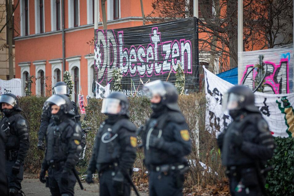 Am Tag der Räumung am 22. Januar 2019 umstellte die Polizei das besetzte Haus auf der Königsbrücker Straße in Dresden.