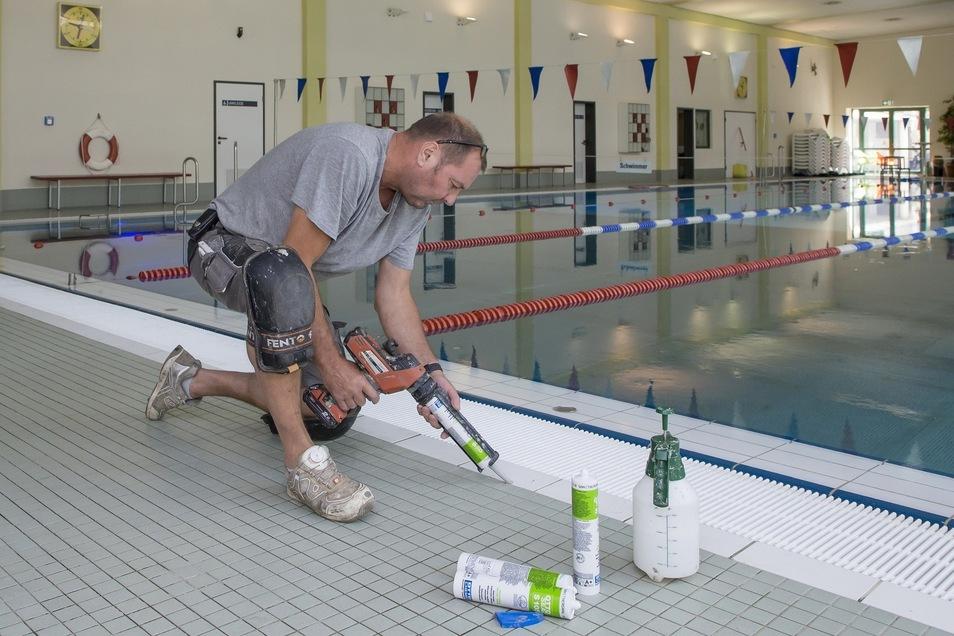 Frisch verfugt: Jens Baumgarth kümmert sich im Hains um die Silikonstreifen rund ums 25-Meter-Becken. Im Freizeitzentrum fand vergangene Woche der Jahresputz statt. Jetzt ist wieder normal geöffnet.