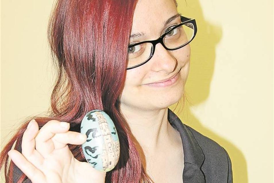 1.Platz: Das Rathausturm-Ei Denise Proppe zeichnet am liebsten den Görlitzer Rathausturm. Für uns hat sie ihn auf ein sogenanntes Doppel-Ei, das ihre Tante aus Bayern mitbrachte, gemalt.