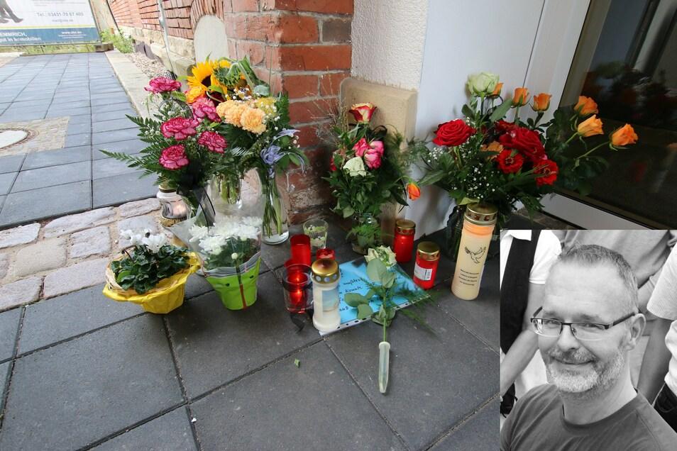 Am Durchgang der alten Post in Roßwein zum Medizinischen Versorgungszentrum haben Patienten und Bekannte des verstorbenen Allgemeinmediziners Clemens Otto Blumen, Kerzen und Schriftstücke mit ihren Gedanken abgelegt.