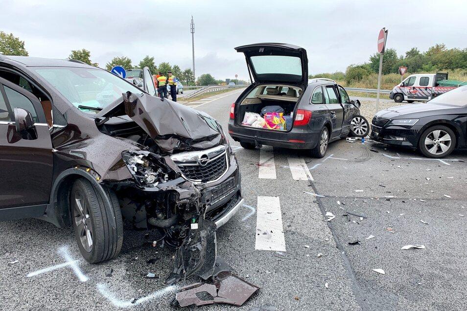 Drei Fahrzeuge und fünf Personen waren in dem Unfall verwickelt.