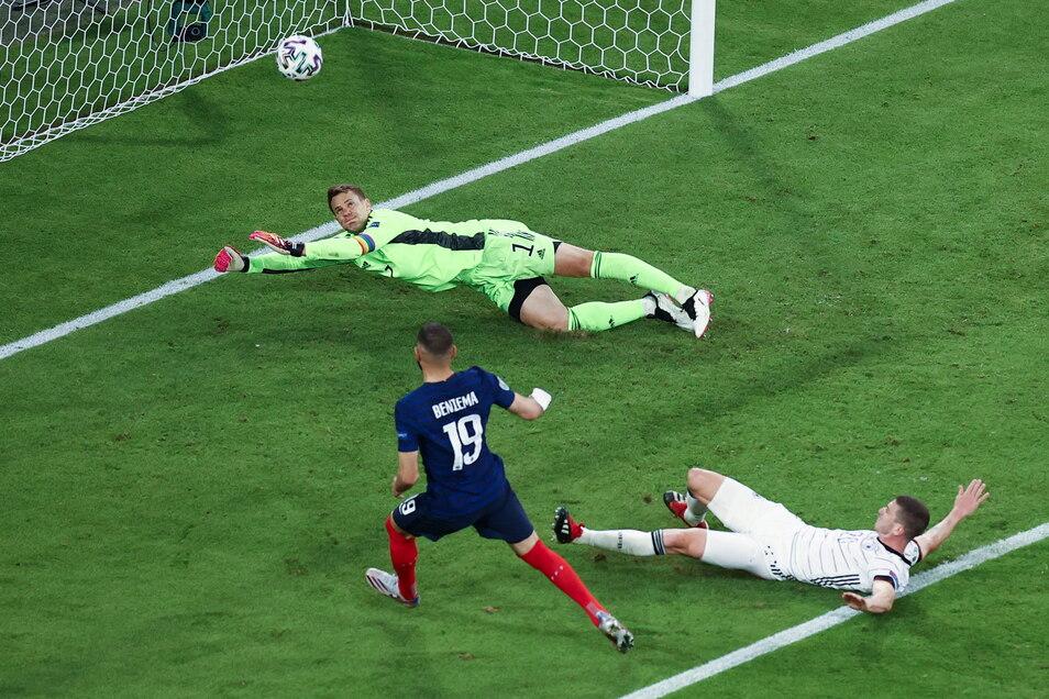 Abseits! Dieses Tor von Karim Benzema wurde später wieder zurückgenommen. Die Abwehr der deutschen Mannschaft hatte die Weltklasse-Offensive größtenteils unter Kontrolle.
