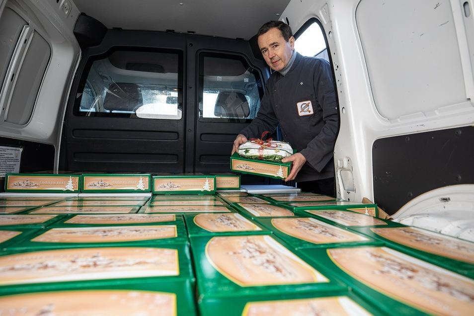 Bäcker Thomas Pfützner beliefert die Staatskanzlei mit Stollen, die diese dann verschenkt. Der Chef liefert die Stollen selbst aus.