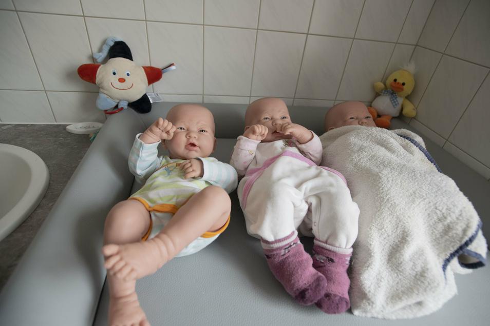 Auch das Thema Kinderkrankenpflege ist Teil der dreijährigen Ausbildung zur Pflegefachkraft. Glücklicherweise halten diese Modell-Babys still.