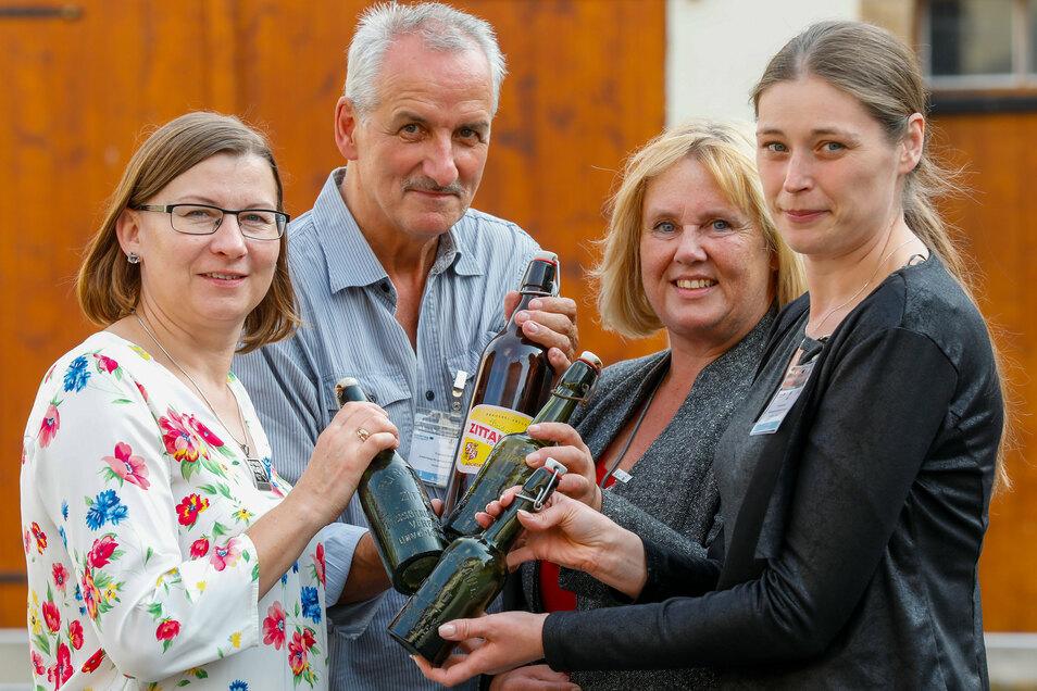 Symbolischer Anstoß mit alten Zittauer Bierflaschen - die Führungsspitze des sächsisch-polnischen- Projektes Anna Pyzik, Peter Hoyer, Susanne Wolf und Agnieszka Kolaszt-Zdzienicka (von links).