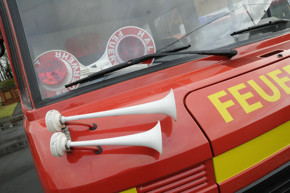 Wegen einer langen Ölspur mussten am Sonnabend die Feuerwehren von Ebersbach und Neugersdorf ausrücken.