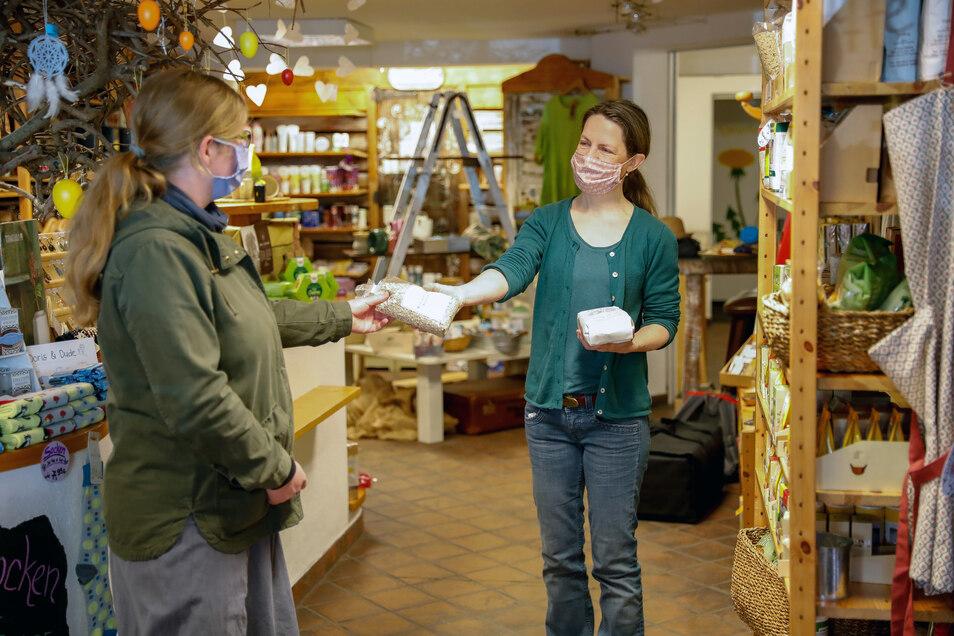 So sieht jetzt der Alltag aus, nicht nur in den Löbauer Geschäften: Mundschutz tragen und Abstand halten.