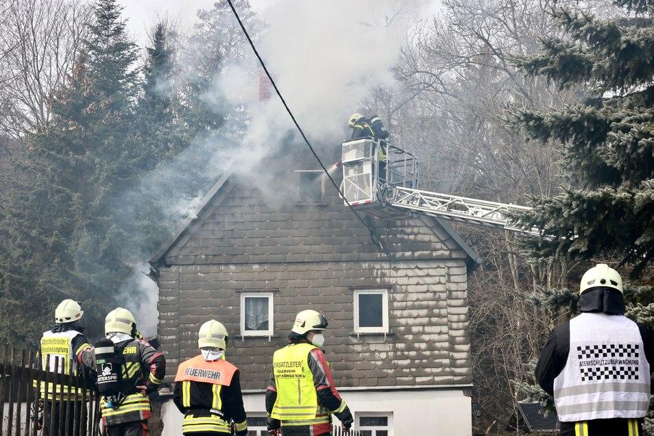 Im Dach des Wohnhauses in Bielatal ist am Dienstag ein Feuer ausgebrochen.