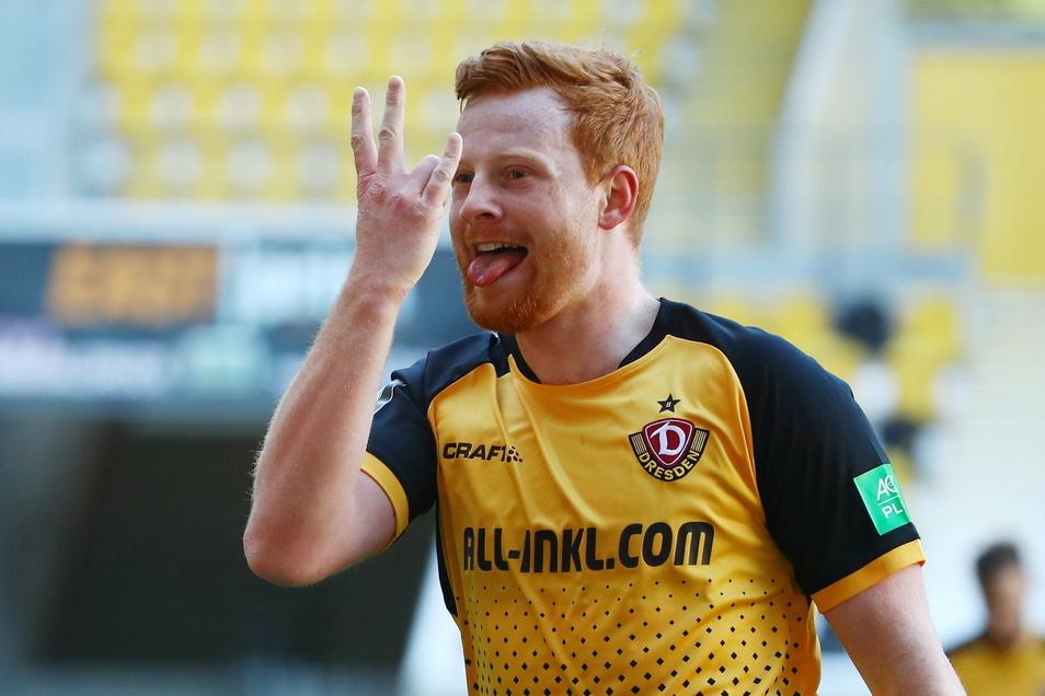 Nach seinem Tor grüßte Paul Will seine Kumpels, mit denen er zusammen beim 1. FC Kaiserslautern spielte, mit einem symbolischen W. Das Zeichen hatten sie sich vorher ausgemacht.