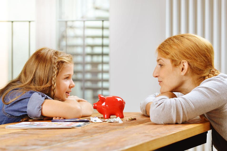 Über Geld sprechen: Eltern sollten gegenüber ihren Kindern offen sein, gerade auch in finanziell schwierigen Zeiten.