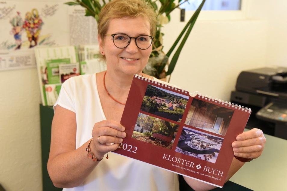 Redakteurin Sylvia Jentzsch zeigt den neuen Fotokalender vom Kloster Buch. Die meisten Aufnahmen hat Klostermitarbeiterin Karen Benndorf beigesteuert.