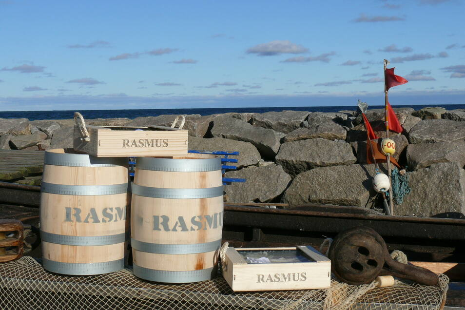 Exklusive Geschenkbox: Fischhändler Rasmus in Stralsund füllt seinen Bismarckhering in Eichenfässchen von Schubert aus Pirna.