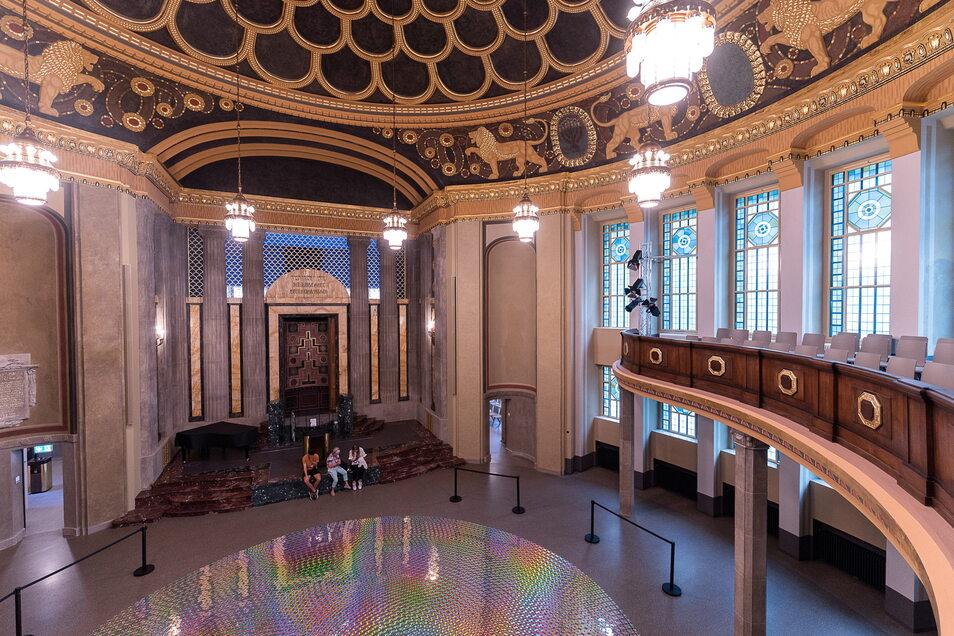 """Die Kunstausstellung """"schoener_schein"""" von Detlef Schweiger, bei der Hunderte CDs kreisförmig am Boden des Kuppelsaals lagen, war die erste Ausstellung nach Eröffnung des Kulturforums."""