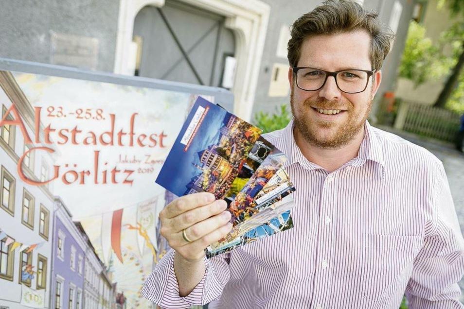 Statt Programmheft: Benedikt Hummel, Geschäftsführer Kulturservice Görlitz, zeigt die Karten, die es mit dem Pin gibt.