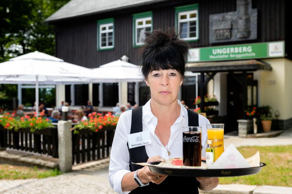 Bei schönem Wetter kann man sich auf der Terrasse der Gaststätte auf dem Ungerberg ein schattiges Plätzchen suchen und sich bei Mercedes Teich zum Beispiel auch ein kühles Getränk bestellen.
