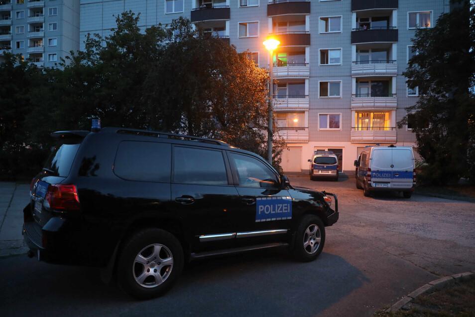 Am Albert-Wolf-Platz rückten Spezialkräfte der Polizei an, die bei lebensbedrohlichen Lagen zum Einsatz kommen.