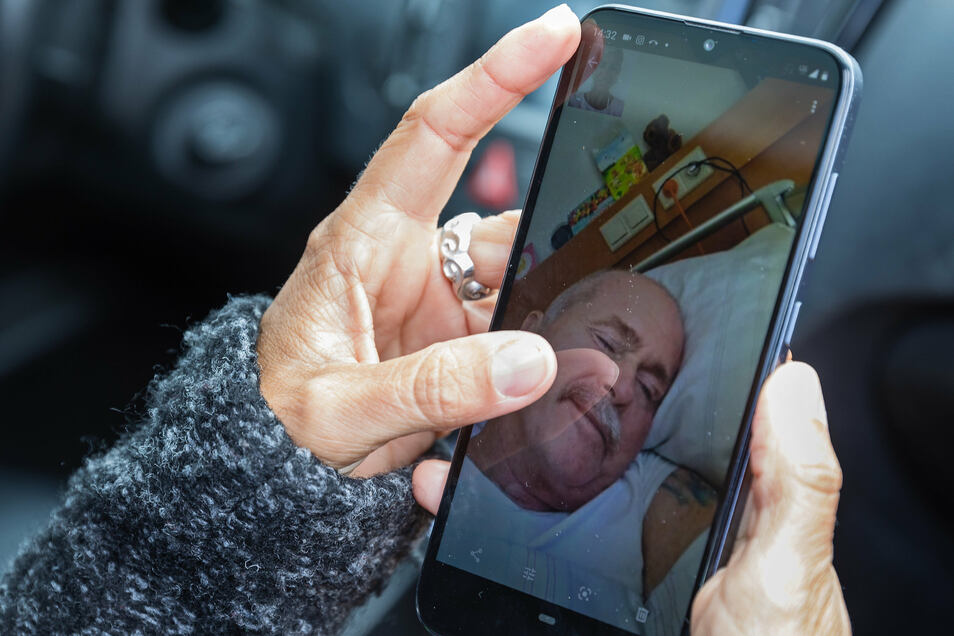 Die Fotos von Michael auf ihrem Handy sind für Katharina Weyland momentan ein oft genutzter Trost.