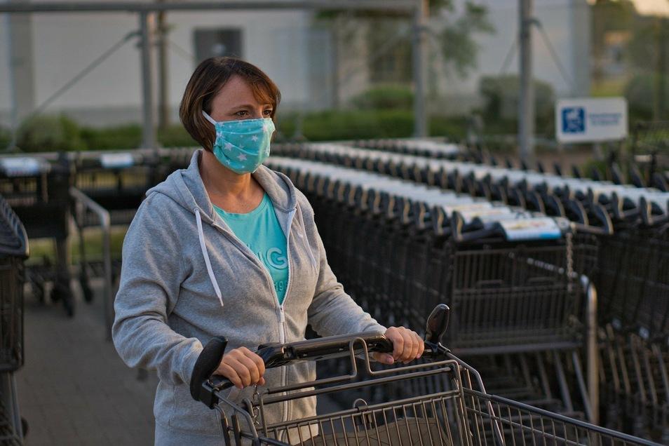 Der Mund-Nasen-Schutz muss auch bereits vor den Geschäften und auf den Parkplätzen vorm Laden getragen werden.