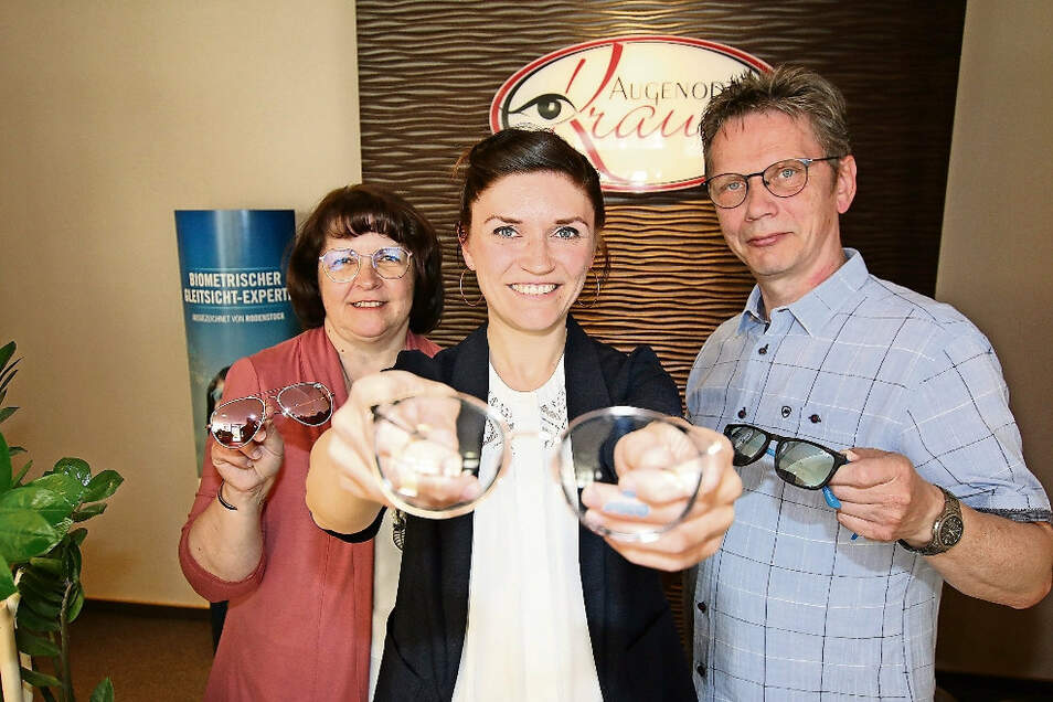 Sandra Altenburger (vorn) hat das Optiker-Geschäft am Waldheimer Obermarkt von ihren Eltern übernommen. Heike und Jürgen Krause setzen sich aber nicht zur Ruhe. Sie treten nur in die zweite Reihe zurück.
