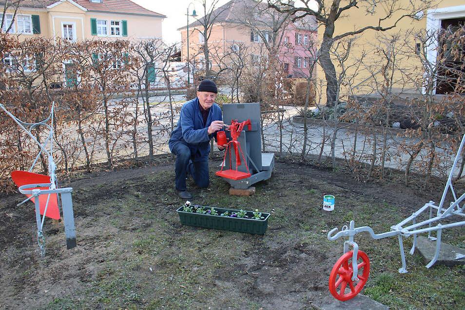 """Pflug (v. l.), Waage und Krümmer – beim Farbanstrich betonte Karl Kratzert mit """"Rot"""" die wesentlichen Details dieser drei Gerätschaften in seinem Garten."""