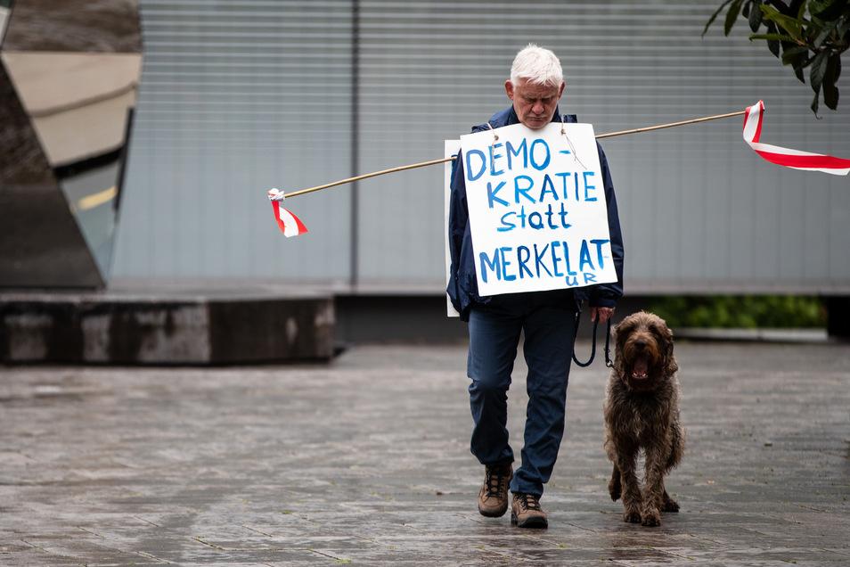 Wir leben in keiner Demokratie, sondern in einer Diktatur - das jedenfalls glaubt dieser Demo-Teilnehmer in Stuttgart.