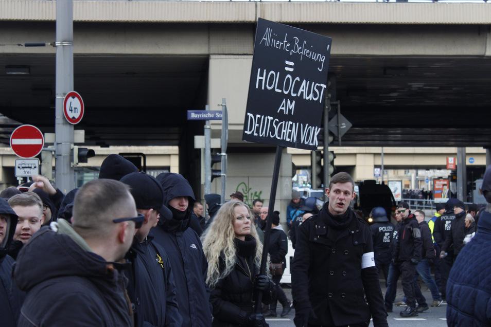 """Ex-Pegida-Frontfrau Kathrin Oertel lief am Samstag bei einer Neonazi-Demonstration mit. Ihr Plakat mit der Aufschrift """"Alliierte Befreiung = Holocaust am Deutschen Volk"""" ist nun ein Fall für den Staatsschutz."""