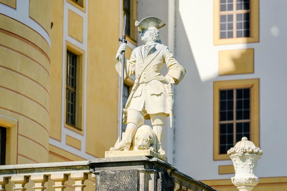 Zu den 110 Skulpturen auf dem Geländer der Schlossterrasse gehört auch eine Figur, die offensichtlich August den Starken als Meutenführer bei der Jagd darstellt.