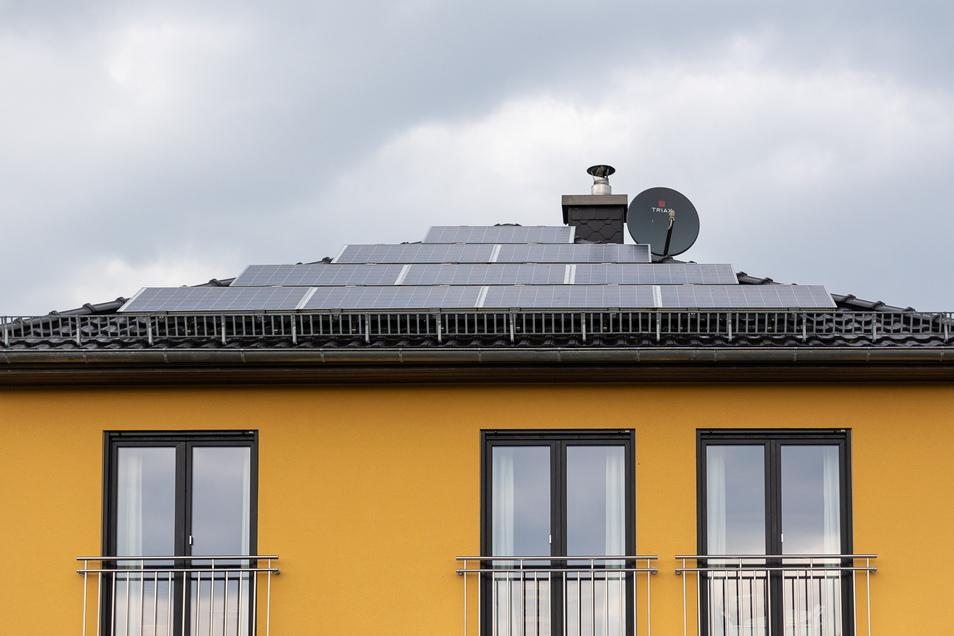 Fotovoltaik-Anlage auf dem Haus von Dieter Wiebusch in Graupa: Sie erzeugen ausreichend Energie fürs eigene Stromnetz, die Heizung und das Elektroauto.